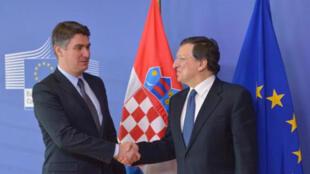 Le Premier ministre croate Zoran Milanovic (à g.) serre la main du président de la Commission européenne, José Manuel Barroso. Le 1er juillet, la Croatie deviendra le 28e pays de l'UE.