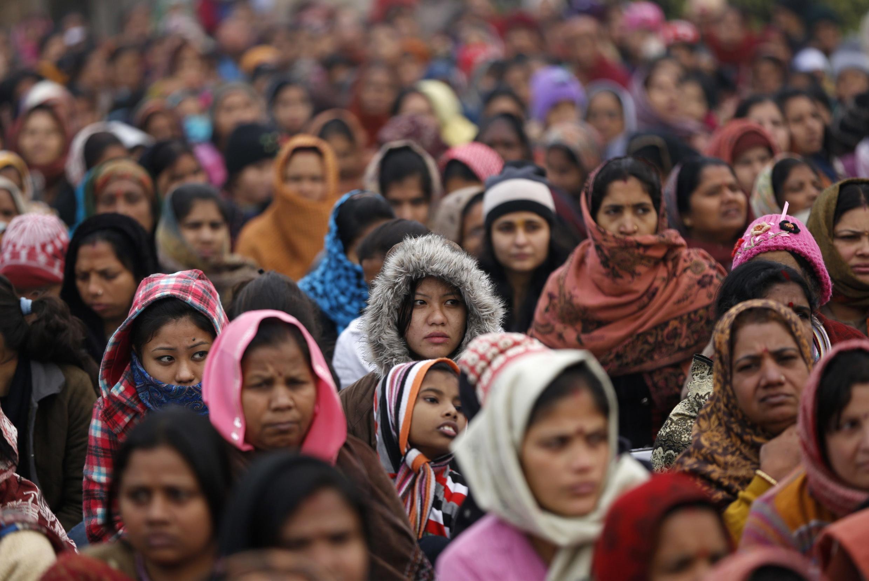 New Delhi, le 2 janvier 2013. Des femmes assistent à une cérémonie de prière pour la jeune étudiante violée et tuée fin 2012.