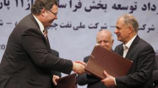 O presidente da Total, Patrick Pouyanne, assina contrato com Ezzatollah Akbari, diretor-gerente do Grupo Petropars, em Teerã. 03 de julho de 2017.