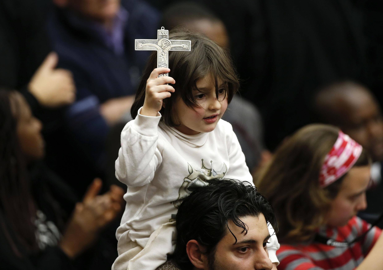 Một em nhỏ dự thánh lễ của Giáo Hòang trước quảng trường lớn tại Vatican ngàt 1/2/2014