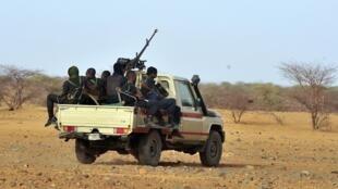 Des soldats nigériens patrouillent près d'Ayorou, au nord-ouest de Niamey, dans la région Nord-Tillabéry, au Niger. (Photo d'illustration)