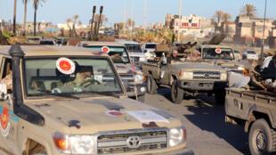 Veículos militares se dirigem a Tripoli neste sábado, 6 de abril de 2019.