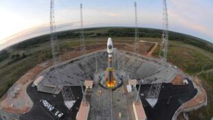 Le satellite civil et militaire européen d'observation de la Terre, Pléiades 1B, est mis en orbite par une fusée Soyouz, à Kourou (photo de la fusée Soyouz le 14 octobre 2011).