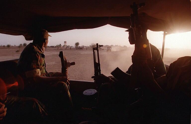 Des soldats maliens à bord d'un camion, le 27 février 2017 (image d'illustration). Le gouvernement malien a annoncé la dissolution du groupe armé dogon Dan Nam Ambassagou.
