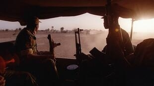 Des soldats maliens à bord d'un camion, le 27 février 2017 à Kidira.