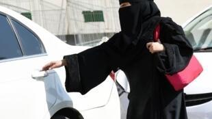 Una mujer sube a un taxi en Riad, capital de Arabia Saudita.