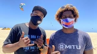 Djo e Mitu, kitesurfistas que criaram a primeira escola de kitesurf em Cabo Verde.