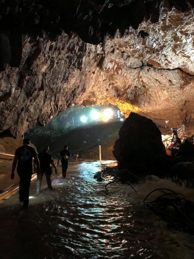 Mergulhadores conseguiram nesta segunda-feira retirar mais quatro adolescentes presos na caverna inundada