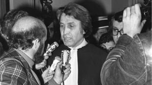 Me Paul Lombard, défenseur de Ranucci, est interrogé le 10 mars 1976 par les journalistes après le verdict et la condamnation à mort de Christian Ranucci pour l'assassinat de la petite Marie-Dolores Rambla.