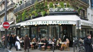 Le Café de Flore, dans le quartier Saint-Germain-des-Près à Paris.