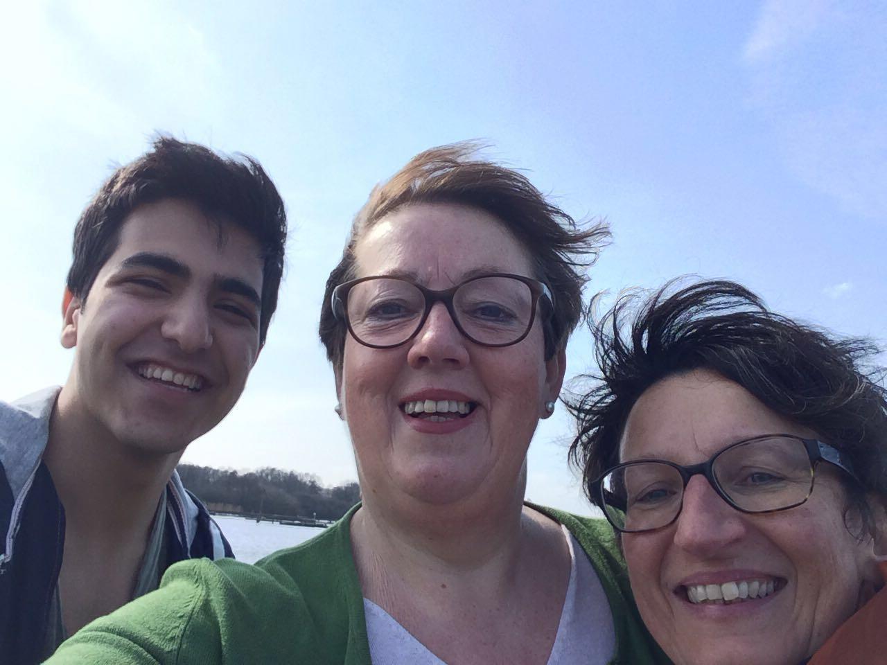 Le jeune Afghan, Ferdos a connu Lisa (Centre) devenue sa tutrice et Conny. Ferdos habite aujourd'hui avec Lisa et Conny