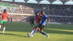 Nahodha wa Taifa Stars, Mbwana Samatta akikabiliana na mchezaji wa Burundi katika mchezo wa kuwania kufuzu kombe la dunia uliochezwa Septemba 8, 2019