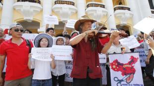 Cuộc biểu tình trước Nhà hát thành phố Hà Nội hôm 03/07/2011 chống các hành động xâm lấn của Trung Quốc tại Biển Đông (Reuters)