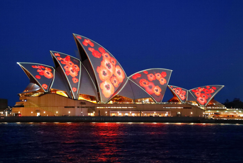 Hình hoa anh túc được chiếu trên mái nhà hát Sydney, Úc, để tưởng niệm 100 năm kết thúc Thế Chiến I, ngày 11/11/2018.