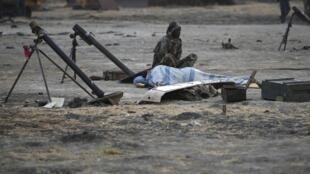 Un rebelle sud-soudanais près de son arme, le 15 février 2014.