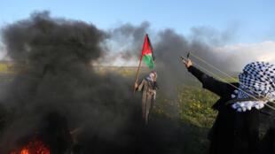 Mulher com bandeira palestina na fronteira de Gaza, 22 de fevereiro de 2019 (Ilustração)