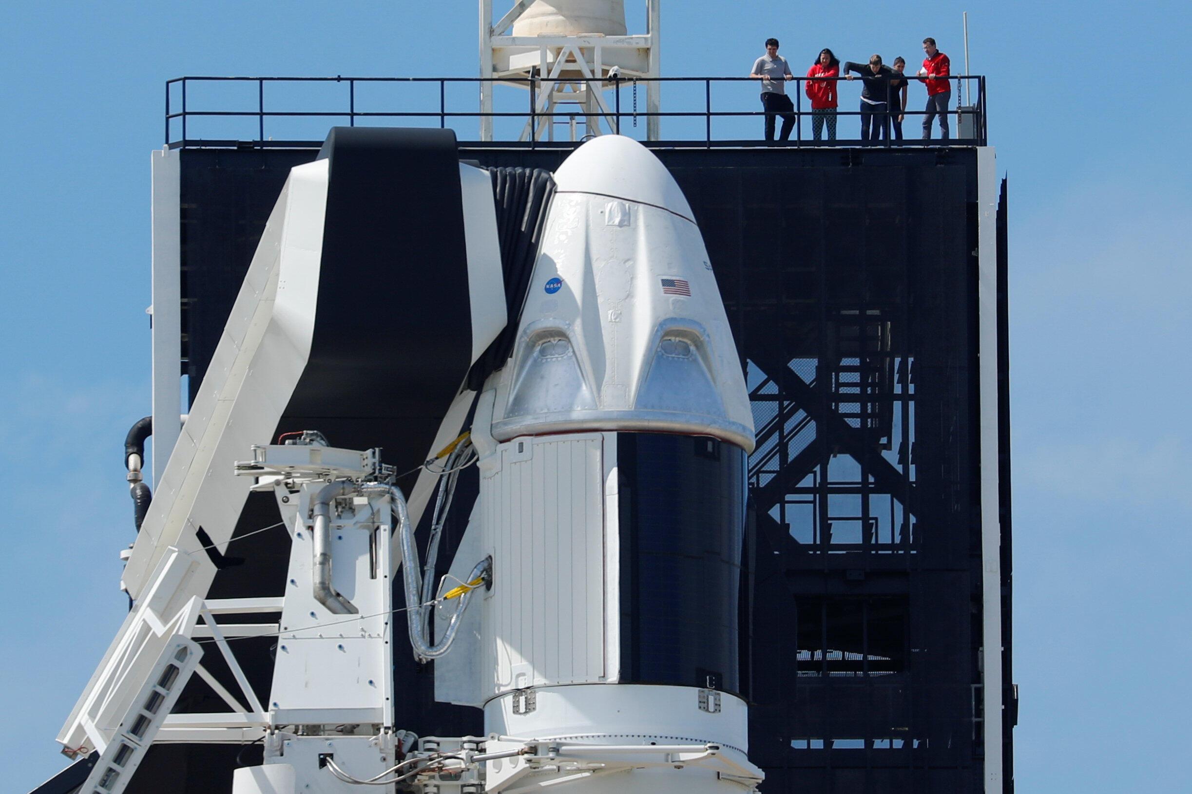La cápsula para tripulantes Crew Dragon. La foto muestra los preparativos para la primera prueba sin pasajeros desde la mítica plataforma de la NASA  39A, 1 de marzo, 2019.
