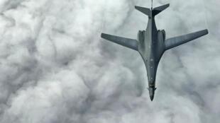 (Ảnh minh họa). Một trong hai máy bay ném bom B-1B của Hoa Kỳ, được nhìn thấy từ một chiếc máy bay tiếp nhiên liệu, trong chuyến bay tới vùng lân cận của Kyushu, Nhật Bản, Biển Hoa Đông và bán đảo Triều Tiên ngày 20/06/2017.