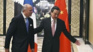 Лоран Фабиус (слева) и Ван И в Пекине