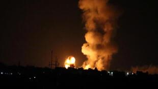 Une explosion photographiée suite à un bombardement sur la bande de Gaza, le 20 juillet 2018.