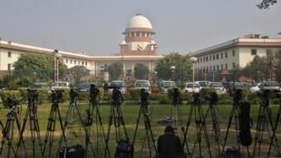 Un journaliste de télévision installe sa caméra dans les locaux de la Cour suprême de New Delhi le 18 février 2014.