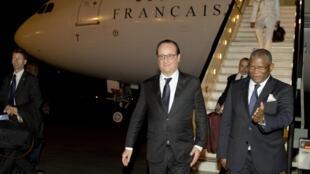 rais wa Ufaransa, François Hollande, akiwasili katika mji wa Luanda, Angola, Julai 2 mwaka 2015.