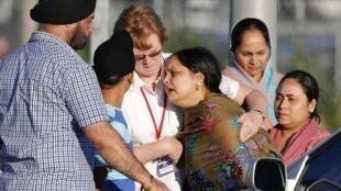 Des femmes sikhes effondrées de douleur après la fusillade du temple d'Oak Creek, dans le Wisconsin, le 5 août 2012.