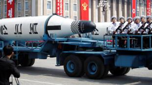 Veículos militares carregando mísseis com a inscrição 'Pukkuksong' durante a parada militar em Pyongyang no sábado, dia 15 de abril de 2017.