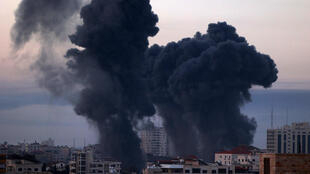 Columnas de humo se elevan después de los bombardeos israelíes en la ciudad de Gaza, cerca del Parque Barcelona y centros institucionales, en los mayores ataques contra Gaza, el 12 de mayo de 2021