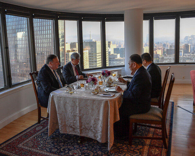 """ژنرال """"کیم یونگ چُول""""، مقام بلندپایه ارتش کره شمالی، شب گذشته در ضیافت وزیر امور خارجه آمریکا شرکت کرد و طبق برنامه مذاکرات دو طرف از بامداد پنجشنبه ۳۱ ماه مه آغاز شد."""