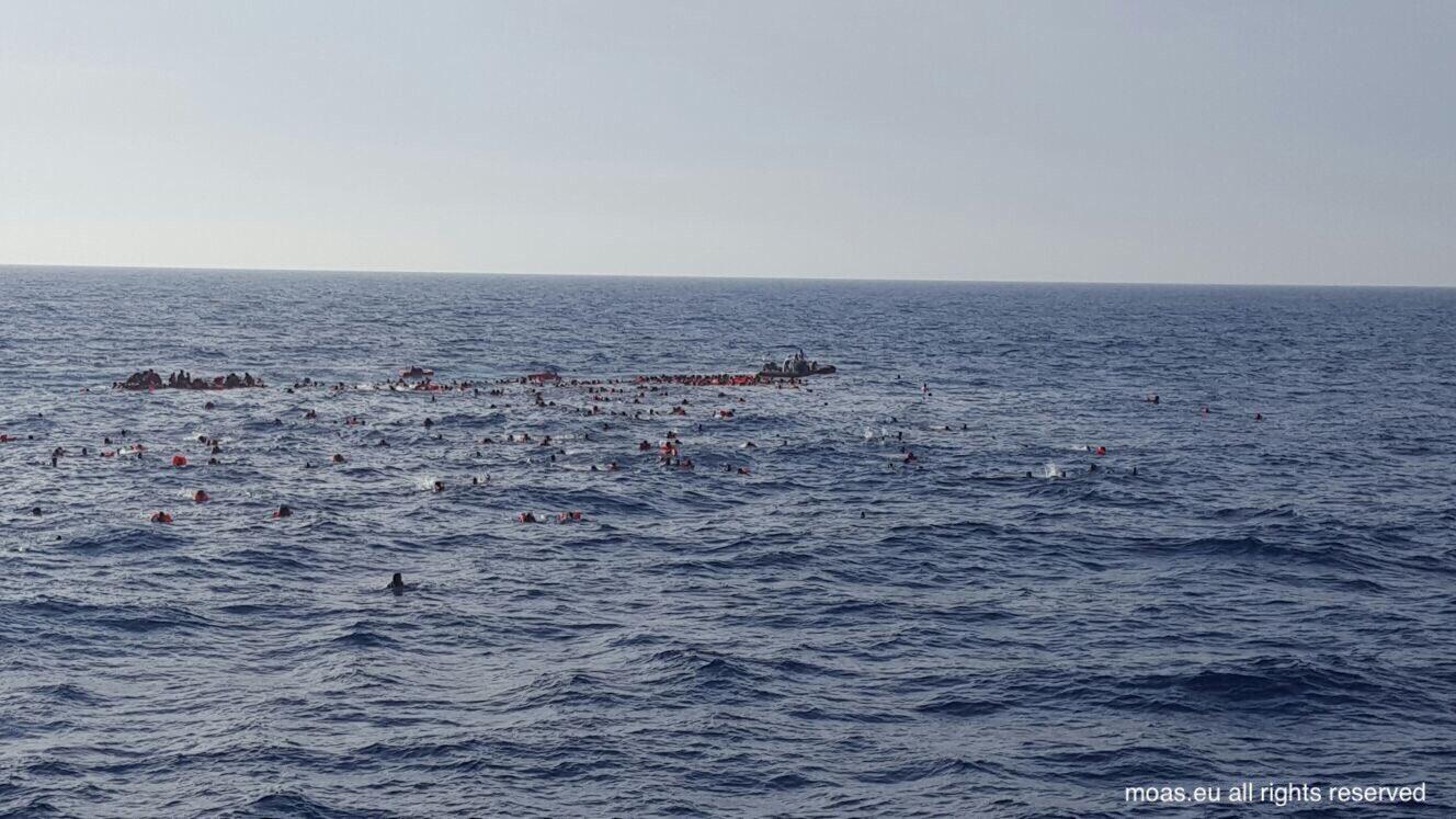 """""""Não é cena de filme de terror, é uma verdadeira tragédia que acontece hoje às portas da Europa"""", tuitou o fundador de uma das ONGs de resgate, e postou a foto acima no Twitter, em 24 de maio de 2017."""