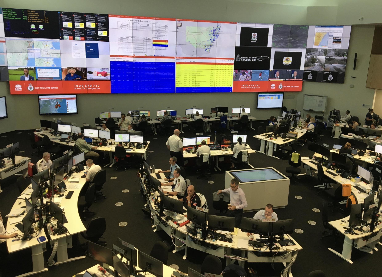 Dans le centre d'opération des pompiers de l'Etat de Nouvelle-Galles du Sud, des dizaines de personnes se relaient pour suivre les incendies qui ravagent l'Etat et coordonner le travail des pompiers, le 5 janvier 2020.