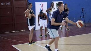 La estrella de la NBA, Steve Nash, durante un entrenamiento con el equipo femenino cubano de básquet, La Habana, 23 de abril de 2015.