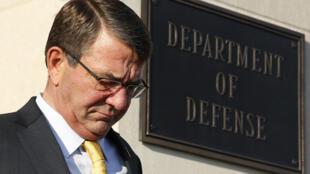 2015年12月10日,华盛顿,从五角大楼内走出来的美国国防部长卡特。