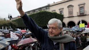 Andrés Manuel López Obrador, do Movimento Nacional de Regeneração (MORENA), cumprimenta os partidários durante uma manifestação de pré-campanha em Queretaro, México, 9 de fevereiro de 2018