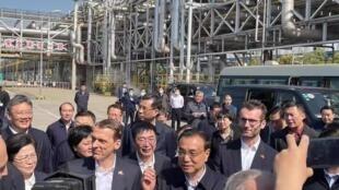 中国总理李克强3月26日在江苏视察为耐克(Nike)、阿迪达斯(Adidas)等提供原料的中德合资企业巴斯夫。