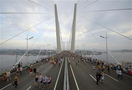 Lễ khánh thành một cây cầu treo bắc qua vịnh Sừng Vàng (Zolotoi Rog) ngày 11/08/2012 tại Vladivostok.
