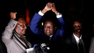 Emmerson Mnangagwa devant ses soutiens lors de son retour au Zimbabwe, le 22 novembre 2017 à Harare.