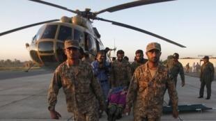 巴基斯坦军队参与地震救援。2015-10-27