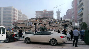Um prédio desabou em Izmir, Turquia, após um terremoto no Mar Egeu, em 30 de outubro de 2020.