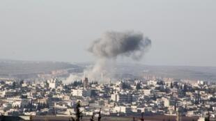 Fumaça depois de ataques aéreos das forças do governo pró-sírio na cidade de Anadan, à cerca de 10 quilômetros de distância das cidades de Nubul e Zahra, no interior do Norte Aleppo, Síria 03 de fevereiro de 2016.