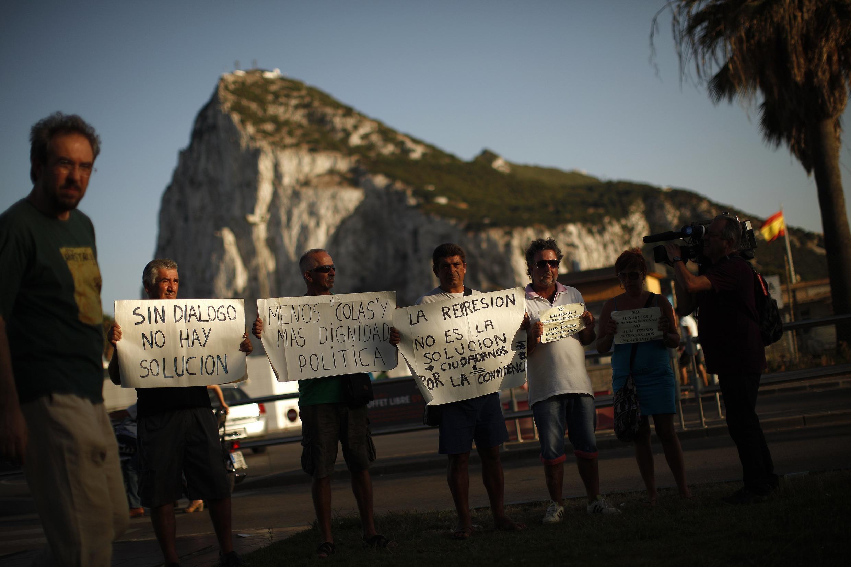 Người Tây Ban Nha biểu tình trước mũi Gibraltar phản đối các biện pháp trả đũa của Anh quốc hôm 06/08/2013.