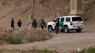 Di dân vượt biên giới ở Ciudad Juarez (Mêhicô) để cố gắng xin tị nạn tại El Paso (Texas, Hoa Kỳ), 17/04/ 2019.