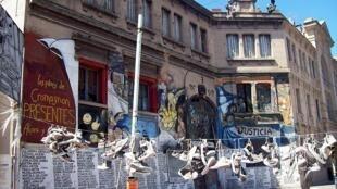 Em frente da discoteca Cromañon, sapatos das vítimas em protesto pelas vítimas da tragédia.