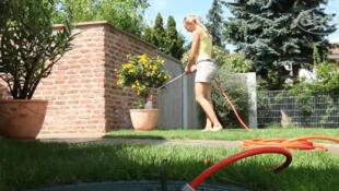 Utilizar um recuperador das águas de chuva é um dos meios de economizar água.