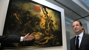 """Le président François Hollande devant le tableau """"La Liberté Guidant le Peuple, 1830"""" (Eugène Delacroix), lors de l'inauguration du musée Louvre Lens, le 4 décembre 2012."""