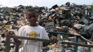Un garçonnet récupérateur sur le marché d'Alaba à Lagos (Nigéria).