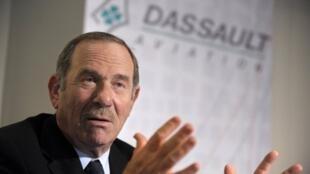 Charles Edelstenne, le PDG de Dassault Aviation lors de la conférence de presse du 17 mars 2011.