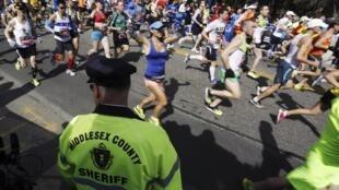 A largada da maratona de Boston 2014 sob o olhar dos seguranças.