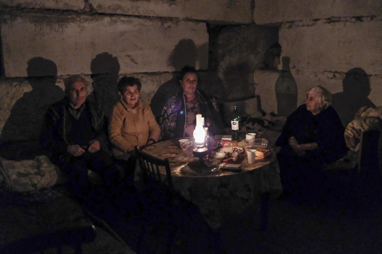 Des habitants réfugiés dans un abri anti-bombes à Stepanakert en Azerbaïdjan, le 5 octobre 2020.